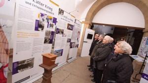Bereits vor dem Beginn des Gottesdienstes zog die Ausstellung das Interesse der Besucher im Eingangsbereich und den Gängen der St. Johanniskirche auf sich. - Foto: Anja Schubert