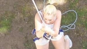 Trotz Höhenangst seilte sich Jennifer vom Kirchturm ab. Dabei wurde sie von anderen Mitgliedern gesichert. - Foto: Schmidt